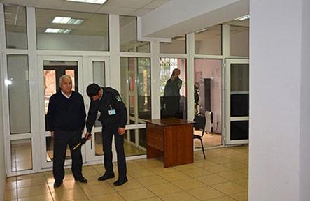 Досмотр посетителей при входе в здание