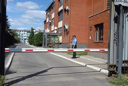 Пост охраны и КПП при въезде в жилой массив