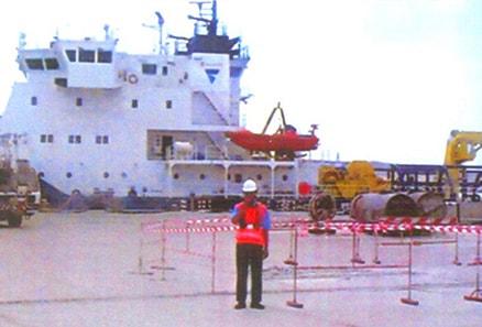 Морской порт Баутино, проверка погрузки на грузовое судно