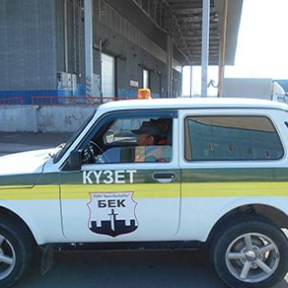 Служебная автомашина сопровождения грузов в Аэропорту