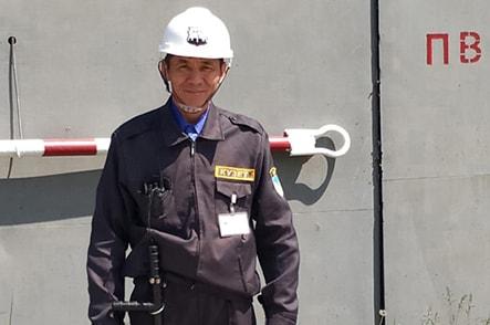 Работник охраны ТОО Тамыз КА на обходе резервуара